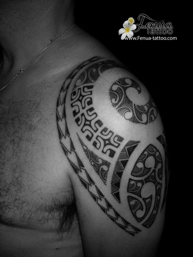 tatouage polynésien tribale épaule dos
