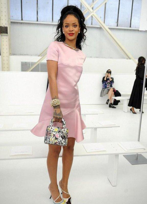 Look de Rihanna : Élégante en robe rose au défilé Dior à Brooklyn