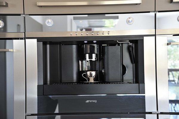 cafeti re int gr e dans l 39 armoire les cuisines de nos r ves. Black Bedroom Furniture Sets. Home Design Ideas