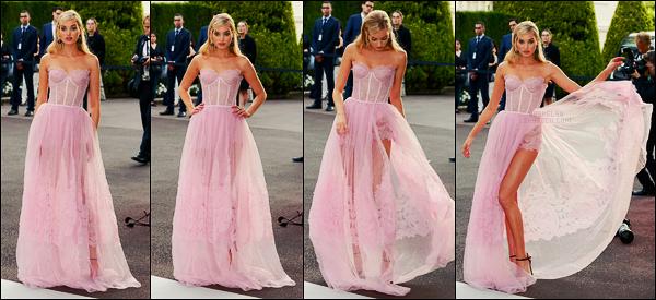 24/05/17 - La sublime Elsa Hosk s'est rendue au fameux gala AmfAR qui s'est déroulé à Antibes, - FR. Elsa portait une très belle robe rose, qui de par sa couleur la mettait vraiment en valeur. 22 millions d'euro ont été récoltés cette année