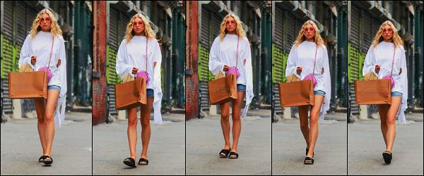 10/06/17 - La jolie Elsa Hosk a été reperée par les papz se promenant dans les rues de New York City. Dans cette tenue j'aime particulièrement les lunettes à verre orangers et l'ensemble est plutôt bien dans sa globalité. Qu'en pensez-vous ?