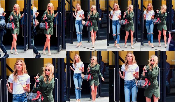 21/06/17 - Elsa Hosk, accompagnée de Romee Strijd, quittait un photoshoot pour V-S dans - New York. Elsa en cette journée a réalisé un shoot pour VS, surement pour les produits en mode catalogue. Toute mignonne, je lui accorde un top