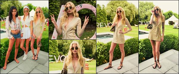 22/07/17 - Elsa Hosk a marqué un passage à l'événement de Revolve durant le festival Coachella à  Indio. Elsa était entourée d'autres anges VS... Elle portait une jolie robe, courte mais pas vulgaire du tout. C'est un joli top pour miss Hosk !