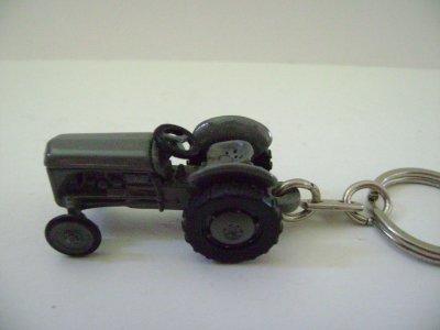 porte cle tracteur massy p'tit gris