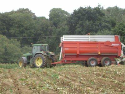 tracteur john deere avec une remorque jeantil