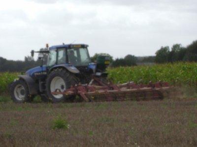 tracteur new holland au déchaumage