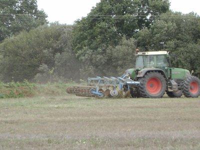 tracteur fendt au déchaumage