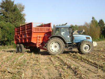 voici un gros chantier d ensilage avec deux ensileuses et neuf tracteur au faouet (22) il vidait a goudelin(22)