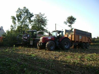 gros chantier d ensilage avec deux ensileuse et neuf tracteur au faouet (22) ils vidais a goudelin (22)