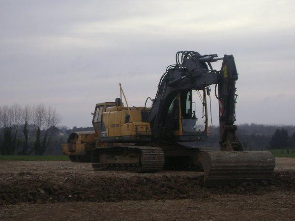 terrassement 3 tracteur remorque 2 pelles et 1 rouleaux