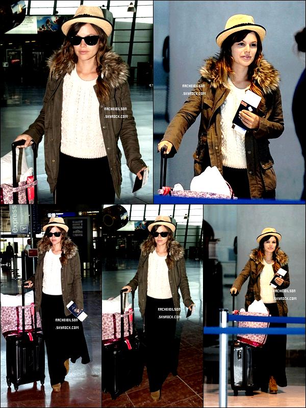 .  10/05/11__ La Miss à été aperçu a l'aéroport de Nice en France avant son départ. ________C'est un gros FLOP pour moi. & Toi t'en penses quoi ? .  .