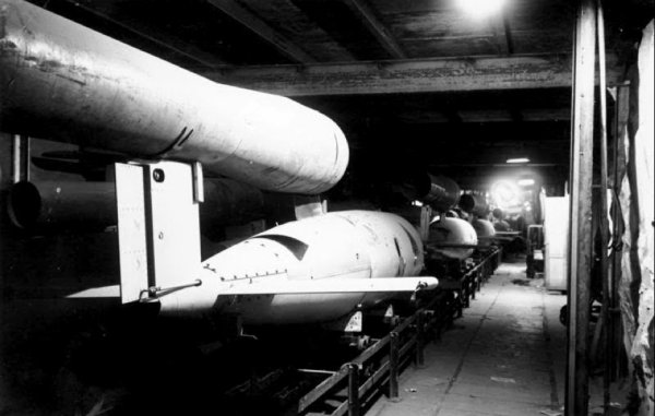 Alliées examinant des V1 sur une chaine de montage dans une carrière souterraine