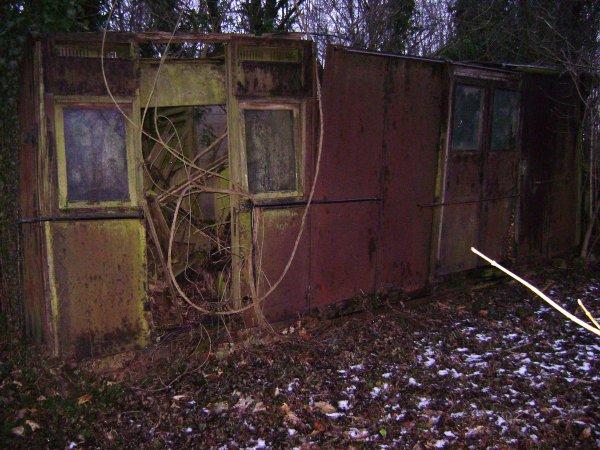 Dalle de stockage extérieur quai des voies ferrés reste de wagon