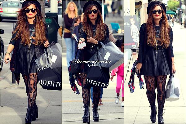 04/10/11  Demi fais les magasin en compagnie de son amis a Studio City