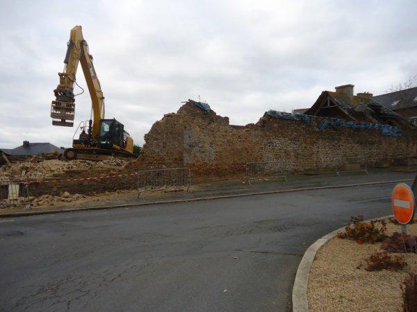 demolition d une vielle maison dans le bourg de plerneuf