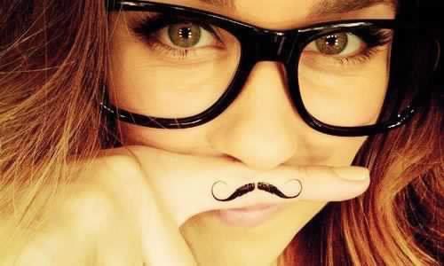 la moustache,les filles la porte aussi;)
