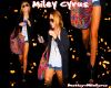 Miley sortant de l'aéroport JFK dans le Queens accompagnée de Denika, sa maquilleuse et sa maman, Tish.  Miley est ,comme vous pouvez le voir, radieuse ! Vous La Trouvez Comment ?