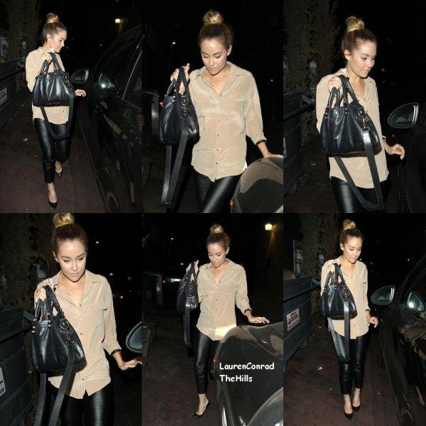 Lauren Conrad s'est présenté à Aventin Restaurant Trattoria à Hollywood la nuit dernière (29 Avril). Elle a rejoint quelques copines pour le dîner et avait l'air fabuleux dans une blouse beige avec des leggings noirs et des talons noirs comme elle a fait sa sortie.