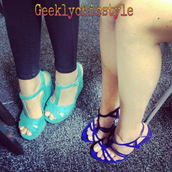 Les 2 miss signes des autographes et prennent de photos de leur fableuse chaussures
