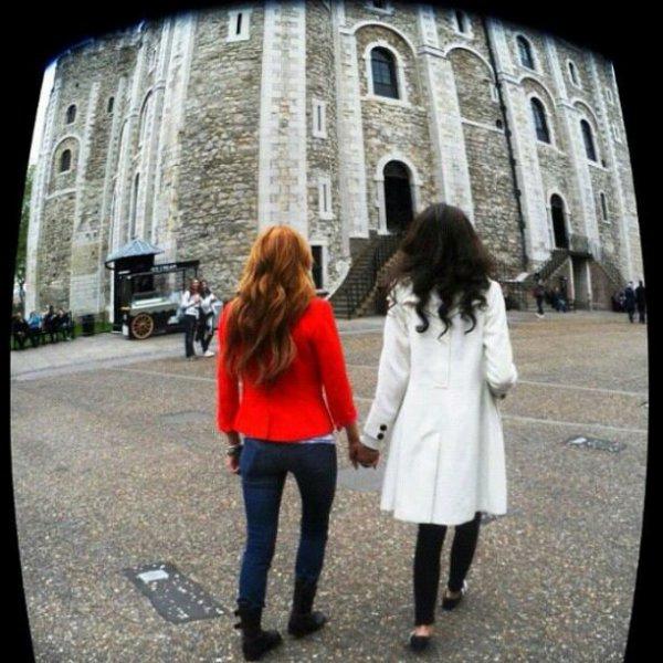 Voila une nouvelle photo de nos miss qui sont toujours en visite du chateau