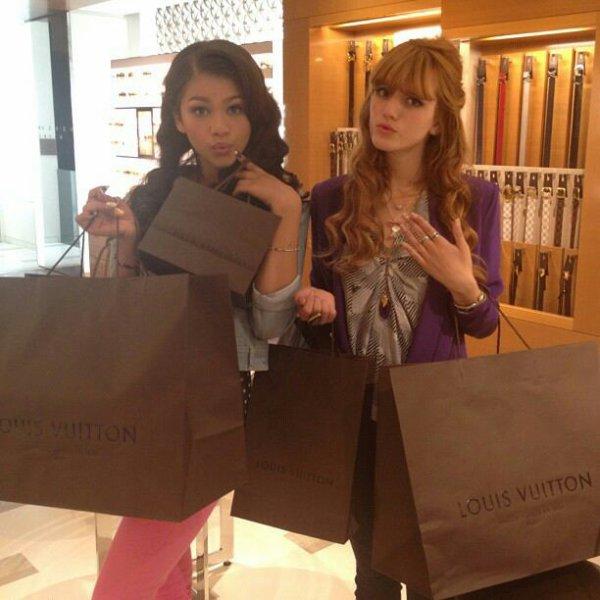 Gifboom + Des photos quand Bella a singne des autographes + Achat chez Louis Vuitton elles on fais des follies