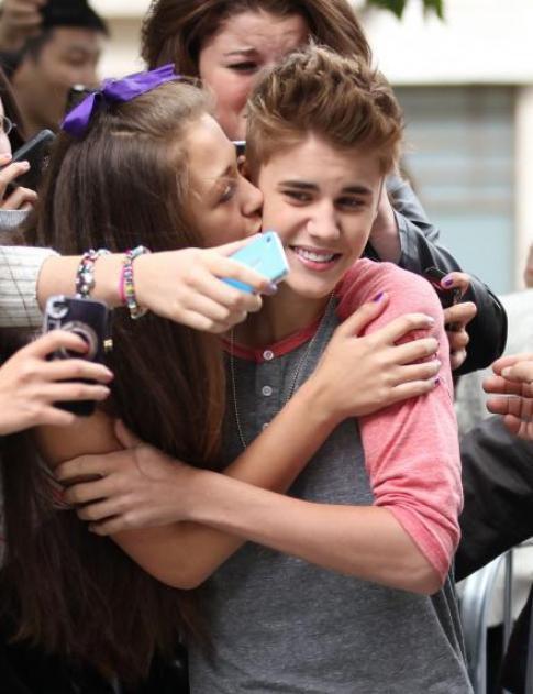 Justin Bieber embrassé par une fan à Londres