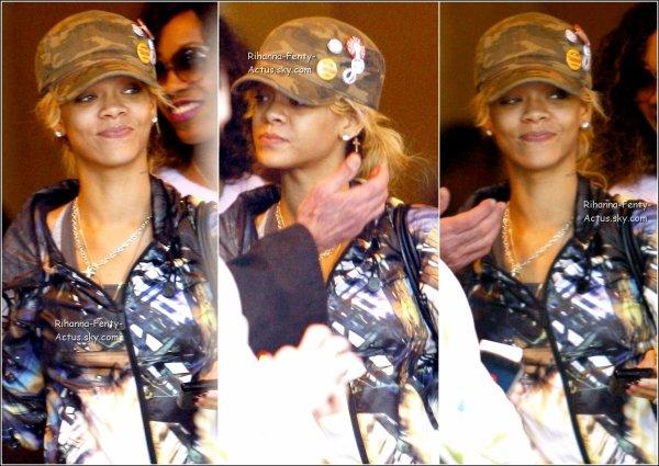 06 Mars : Rihanna se promenant dans les rues de « Westwood » , à Los Angeles. TOP ou FLOP ?