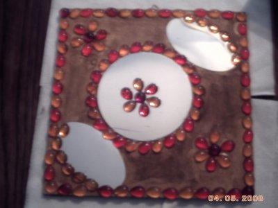 petit cadre miroir  petit bougoir en platre peinture sur carrelage  petites fleurs en platre peintent  petit pioupiou fait au crochet