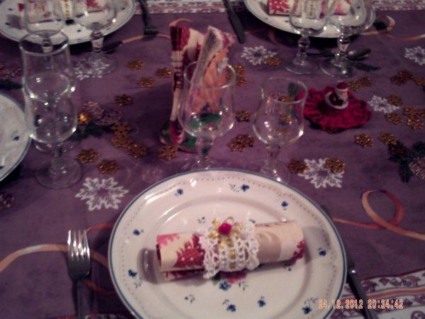 voici les photos de noel 2012  avec les ronds de serviettes que m as fait paquie     et les coquilles st jacques c est moi les a faites   comme portes serviettes sur une table cela donne bien