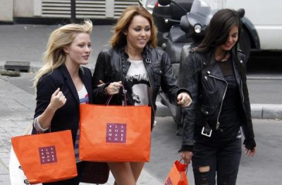 Miley Cyrus Ashley Greene Paris Shopping