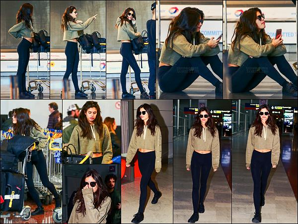 28/02/17 - Sara Sampaio  a été vue arrivant à l'aéroport Charles De Gaulle  situé au nord-est de Paris, FR.   Sara et ses trois énormes valises sont arrivées pour la Fashion Week parisienne. Pas mal de travail pour la miss qui a déjà fait NY et Milan