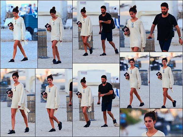 12/03/17 - Notre belle mannequin Sara Sampaio  a été photographiée sur les plages de Miami, en Floride.  Un livre à la main et c'est partie pour un moment de détente. Sara n'était pas maquillée et elle est très jolie au naturel ! Côté tenue, top.