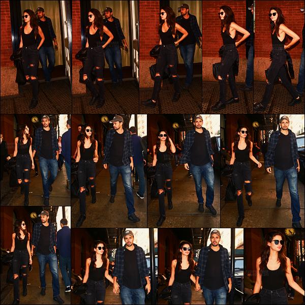 01/05/17 - Sara Sampaio  a été vue sortant de son hôtel avec son boyfriend Olivier Ripley - à New York.  Notre Sara ne portait qu'un débardeur noir avec un jean troué aux genoux noir également accompagné de ses Adidas préférées, un top.