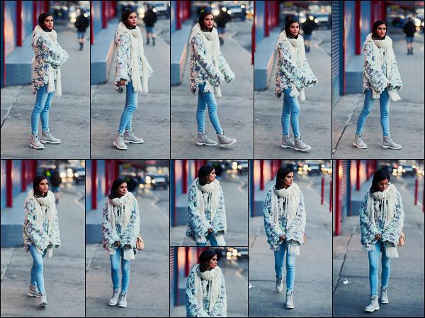 29/01/17 - Notre jolie Sara Sampaio  prenant la pose pour les photographes dans les rues de New York.  Toujours aussi aimable et agréable, Sara s'est adonnée à quelques photos pour les papz. Côté tenue, je la trouve très mignonne, un top.