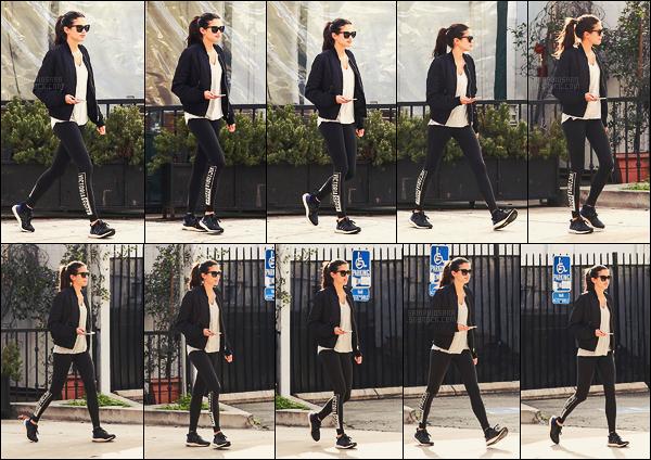 23/01/17 - En tenue de sport, Sara Sampaio  a été photographiée dans les rues de West Hollywood, -CA.  Legging dérivé de la marque Victoria's Secret en vue. Malgré le côté décontracté de la tenue, j'aime beaucoup l'ensemble. Top ou flop ?