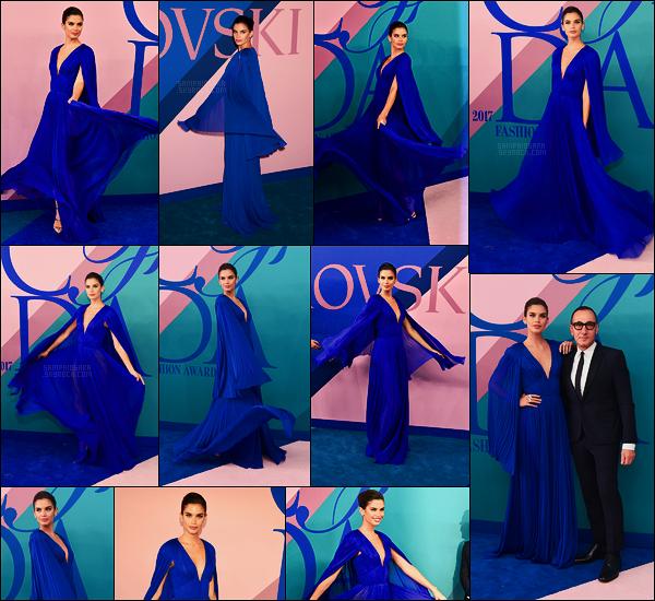 05/06/17 - Sara Sampaio  s'est rendue à la cérémonie des CFDA Fashion Awards, au coeur de New York. Notre Sara portait une robe bleu roi, que je trouve tellement parfaite sur elle. Surement une des couleurs qui lui va le mieux, c'est un top.