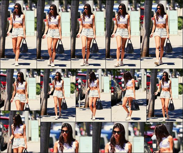 21/06/17 - Notre jolie Sara Sampaio  a été aperçue quittant Urth Caffe, situé dans West Hollywood, CA. Enfin un petit candid de Sara qui été donc cachée à Los Angeles ! La température élevée fait rétrécir les tenues mais c'est encore un top !