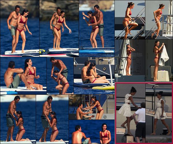 06/08/17 - Dernier jour de vacances, Sara Sampaio et Olivier Ripley, sur un yacht sur les côtes d'Ibiza ! Le soir d'avant, Sara allait dîner à Mallorca en Espagne. Photos floues mais je voulais quand même montrer cette jolie tenue de Sara..