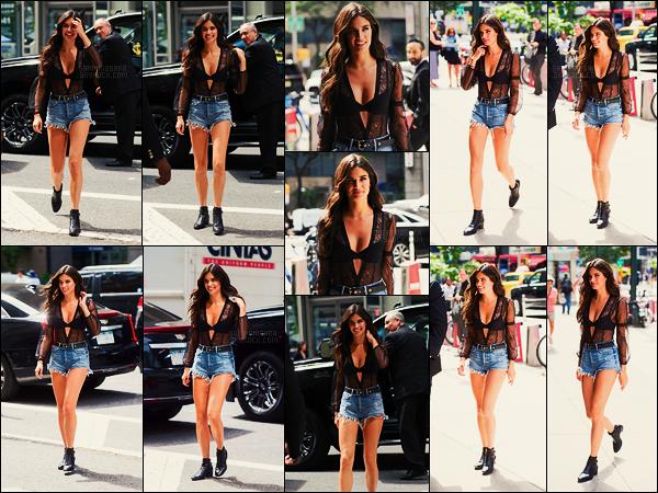 28/08/17 - De nouveau, Sara Sampaio arrivait aux locaux de Victoria's Secret situé dans New York City. Sara S. était encore une fois la plus belle en arrivant chez VS, faisant la promo de leur lingerie au passage. Rendez-vous à Shanghai!