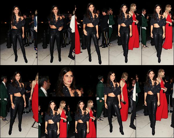 08/09/17 - Sara Sampaio a été vue sortant du lancement du livre Mert & Marcus, situé dans New York ! Sara portait une pièce de lingerie Victoria's Secret sous sa veste en jean.J'aime beaucoup son look, elle était au top, qu'en pensez-vous?