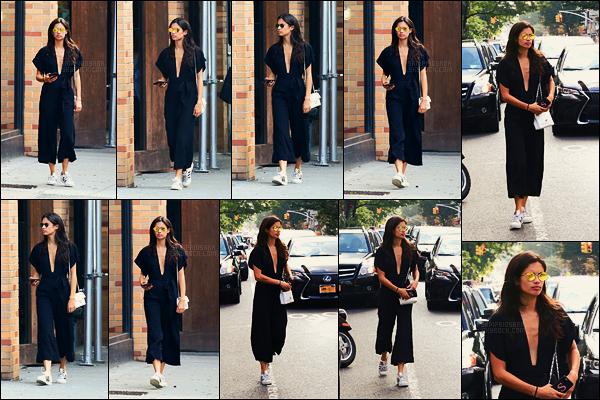 17/09/17 - La jolie Sara Sampaio a été photographiée à la sortie d'un bâtiment situé dans New York City. Cette tenue vous dit peut-être quelque chose ? A moi oui, elle l'avait déjà porté ici. C'est toujours un top pour ma part, et pour vous ?