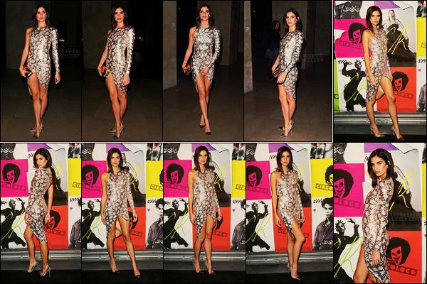 30/09/17 - Dans la soirée, Sara Sampaio s'est rendue à la soirée CR Fashion Book x Circo Loco, à Paris. Pas beaucoup de photos, j'en suis désolée, mais on peut tout de même apprécier la beauté de cette robe et de Sara bien entendu, top.