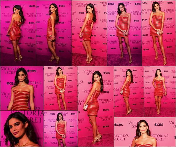 28/11/17 -  Sara Sampaio était à la soirée de diffusion du défilé Victoria's Secret, dans New York City. Encore et toujours hyper mignonne, Sara avait une robe signée AADNEVIK, je la trouve même dans le thème de fête de fin d'année.