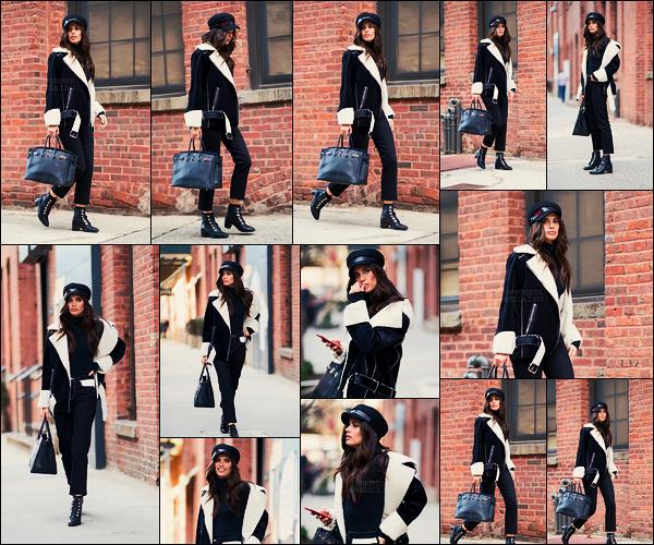 12/02/18 -  Notre jolie Sara Sampaio a été aperçue, dans les rues de New York City, attendant un taxis. C'est pas un slim mais ça va très bien aussi avec cette tenue. J'adore son manteau, qui est la tendance de cet hiver, un gros top donc