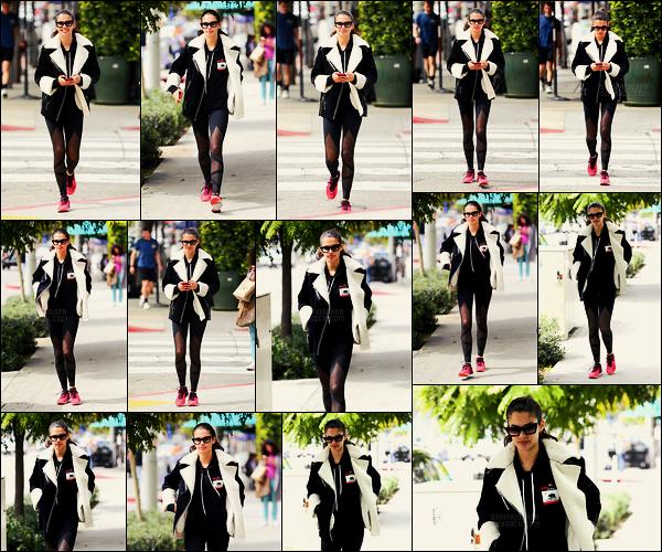 07/03/18 -  Sara Sampaio a été aperçue allant déjeuner après le sport dans les rues de West Hollywood. Sara a sortie sa grosse veste aviateur de la dernière fois par dessus sa tenue de sport. Toujours le sourire aux lèvres,  trop mignonne !