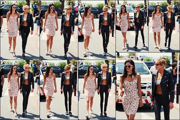 11/05/18 - Sara Sampaio et Stella Maxwell ont été photographiée sur la Croisette située à - Cannes, FR. Notre Sara portait une jolie petite robe fleurie et qui lui allait à ravir. J'adore le foulard autour de son cou assorti à cette robe, un gros top