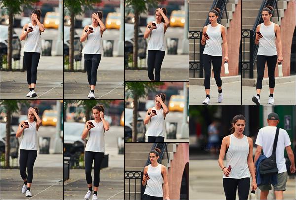 15/07/18 - Sara Sampaio portant une tenue de sport a été photographiée arpentant les rues de New York. Sara se rendait surement au sport car elle n'avait pas l'air d'avoir déjà fait sa séance. Ca fait plaisir de la voir après 1 mois sans nouvelles