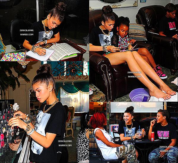 . 18/05/2013 : Zendaya et ses amies ont été aperçu dans les rues de L.A puis se faisant une pédicure.  .