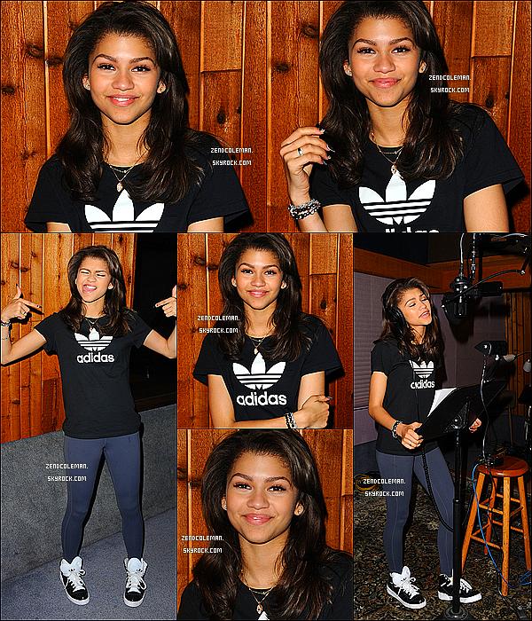 . 30/05/2013 : Après ses répétitions de danse,Zendaya était dans les rues de Los Angeles starbucks a la main. .