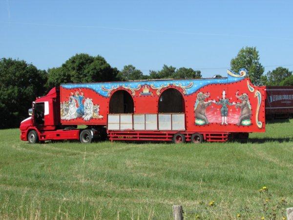 le cirque JOSEPH BOUGLIONE est arrivé ce matin à st gilles croix de vie !!!!